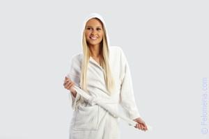 Дверь открыла сексуальная женщина в халате