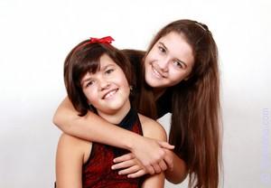 Старшую сестру и ее рыжую подругу
