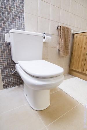 Мужик подстерег девушку выходящую из туалета